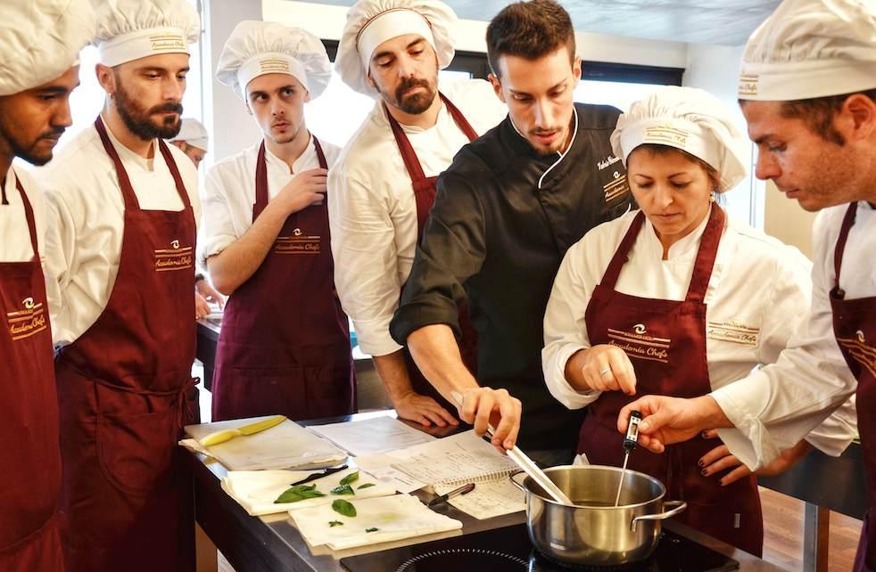 Valerio Giovannozzi insegna ad una classe presso Accademia Chefs